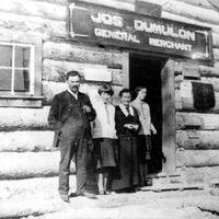 Cette photo a été prise peu de temps après que la femme (Agnès) et les filles (Cécile et Blanche) de Jos Dumulon eurent quitté Ville-Marie pour s'établir dans le canton de Rouyn.